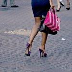 kobieta z torebką idąca z zakupów